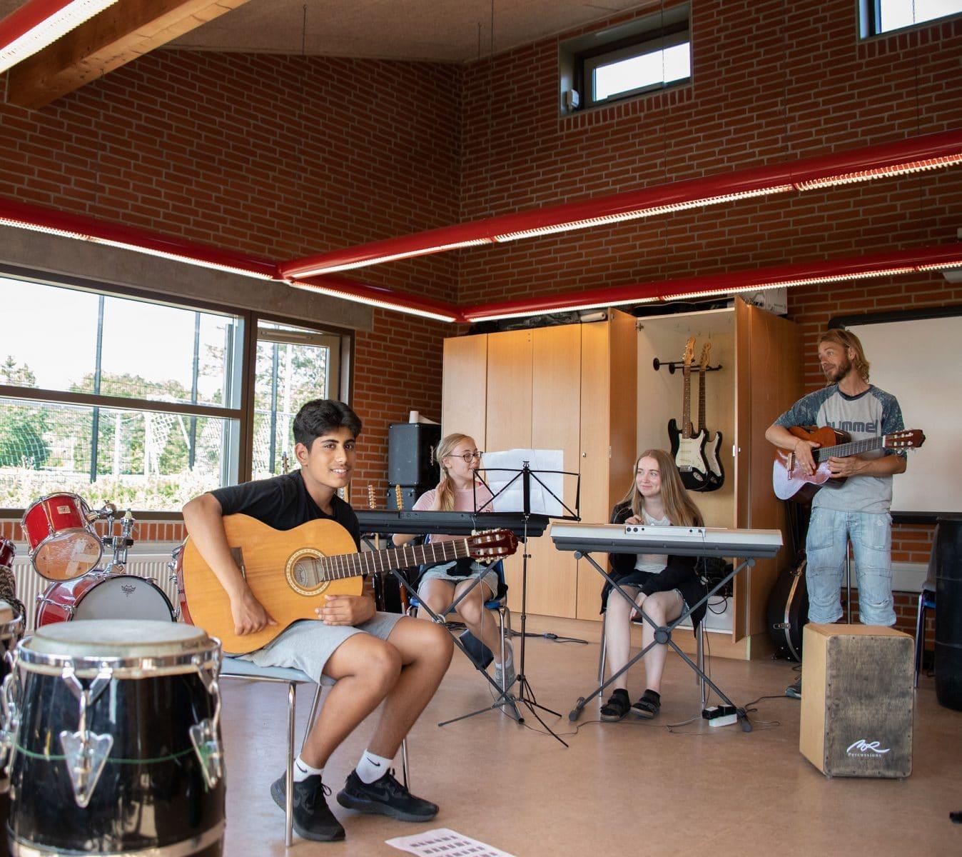 Musikundervisning på Bogø Kostskole